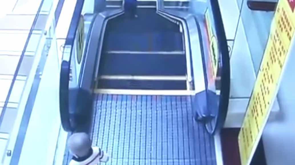 2歳児がエスカレーターから落下