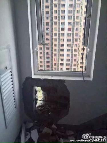 爆発でマンションの壁に穴
