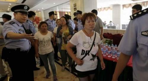記者会見会場を離れる行方不明者家族