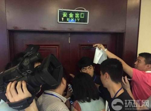 写真:記者会見会場に押し入った家族