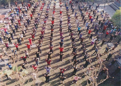 北京の法輪功の煉功 1996年
